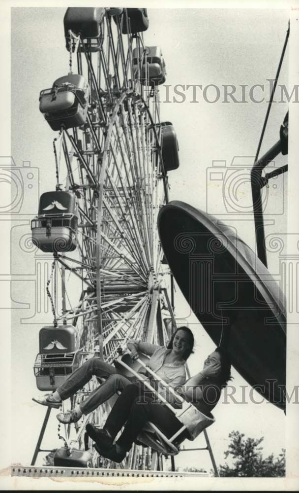 1982 Press Photo Fair goers on a midway ride at the Schaghticoke, New York fair - Historic Images