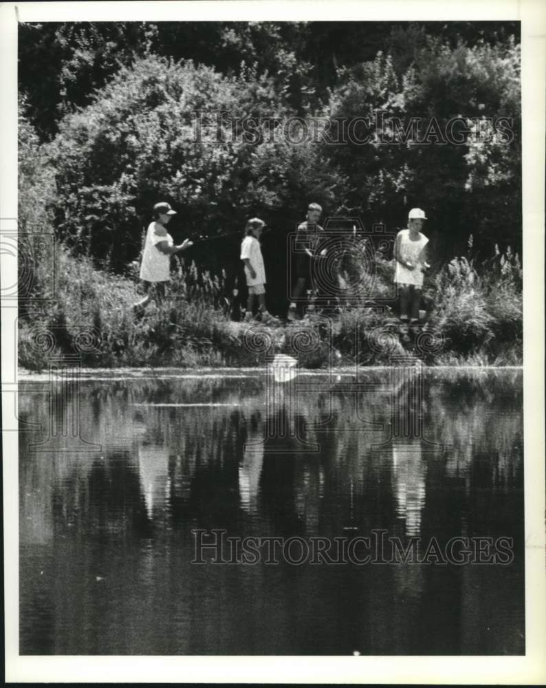 1990 Press Photo Schenectady, New York youngsters fishing in Steinmetz Pond - Historic Images