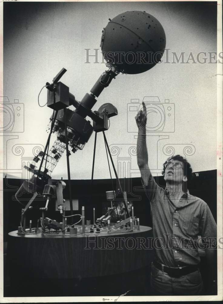 1977 Press Photo Schenectady, NY Museum Planetarium Director William Kinsella - Historic Images
