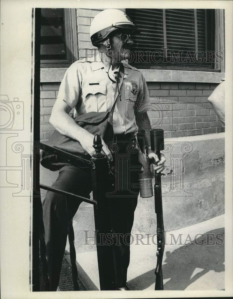 Press Photo New York police office with rifle - tua16317 - Historic Images