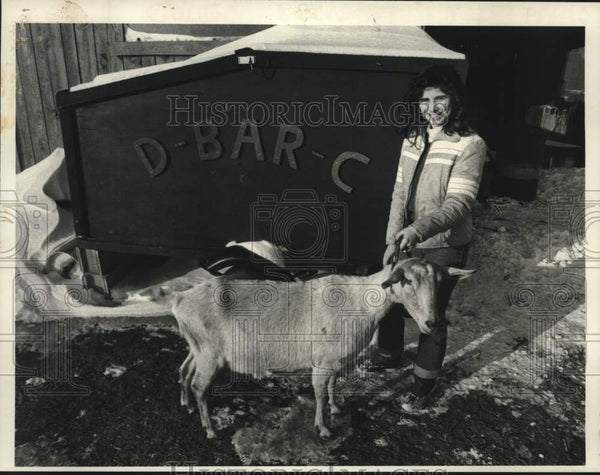 1984 Press Photo Barbara Scoon shows off prize goat on her New York ranch - Historic Images