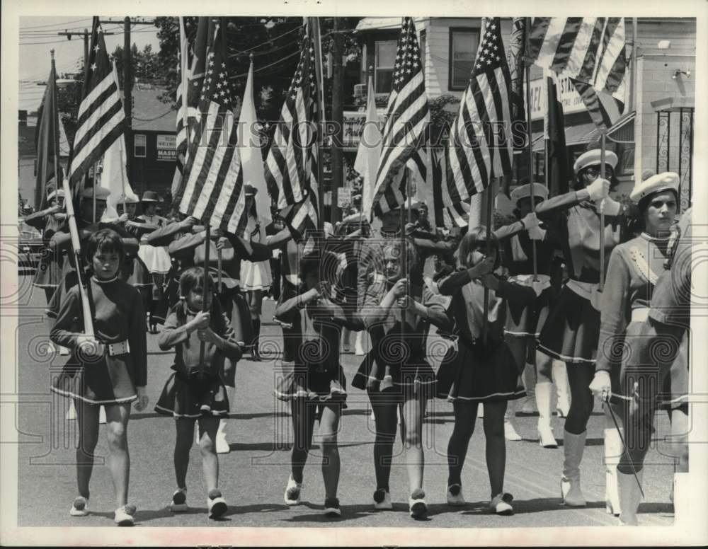 1976 Press Photo Drum & bugle corps marches in Scotia, NY Bicentennial parade - Historic Images