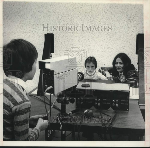 1977 Press Photo West Albany, NY Elementary School students and aide - tua16570 - Historic Images