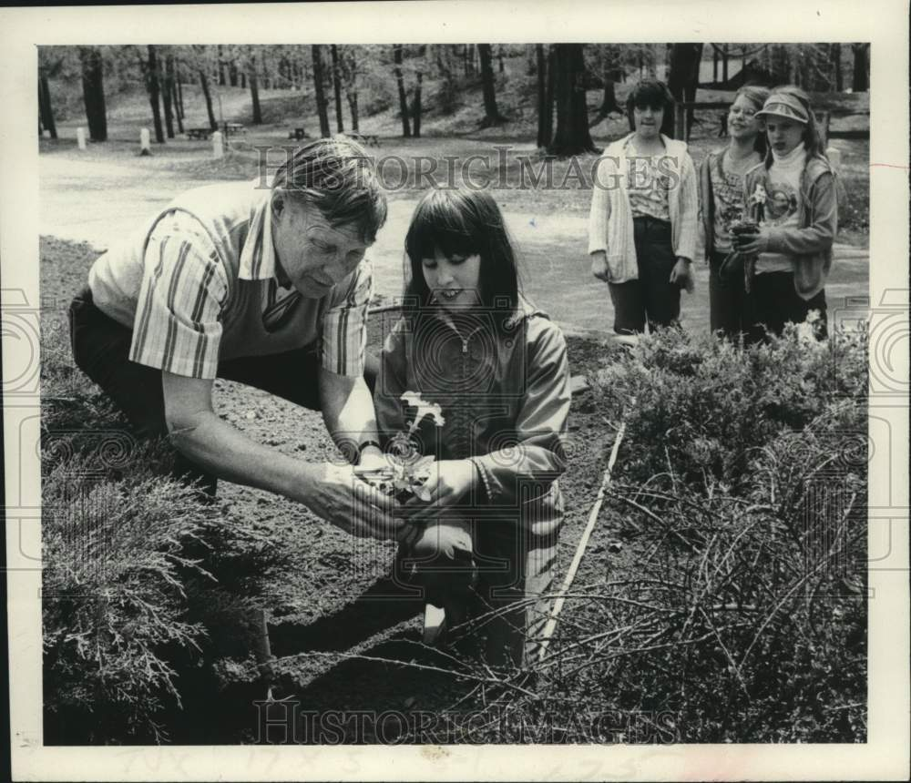 1980 Press Photo Schenectady NY Schools Botany Class, gifted students planting - Historic Images