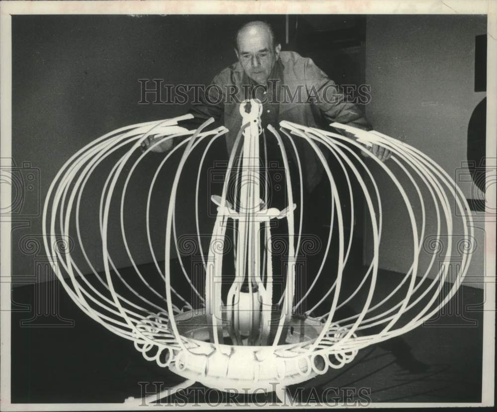 1980 Press Photo George McKay admires sculpture at Schenectady Museum, New York - Historic Images