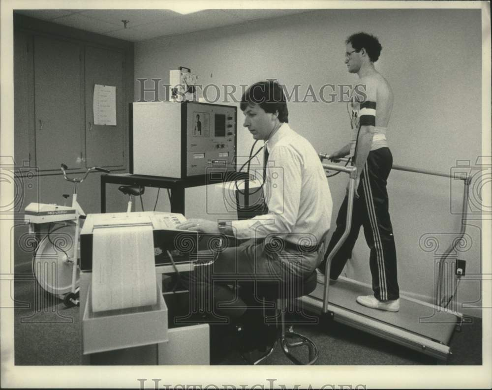 Press Photo Human Performance Center staff running treadmill test in Albany, NY - Historic Images
