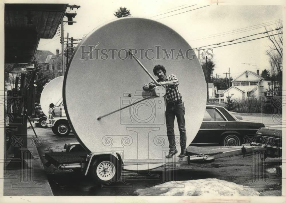 1982 Press Photo David Dobson constructs satellite dish on a trailer in New York - Historic Images