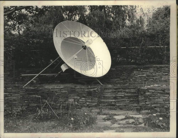 1981 Press Photo Satellite dish on Charming Lane property in Loudonville, NY - Historic Images