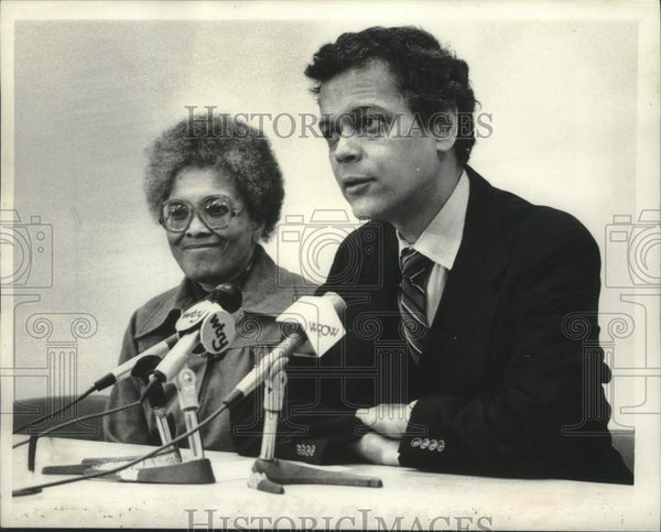 1981 Press Photo Clara Satterfield and Julian Bond speak to reporters in Albany - Historic Images