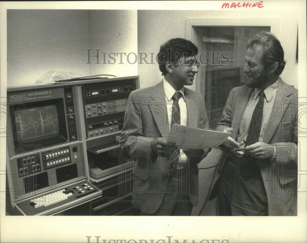 1983 Press Photo Dr's Satya Murti and Arnold Starr at Med look at results - Historic Images
