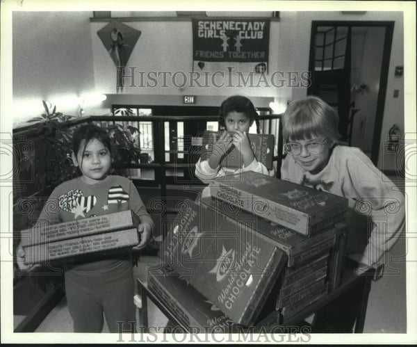 1990 Press Photo Schenectady, New York Girls Club members prep for candy sale - Historic Images