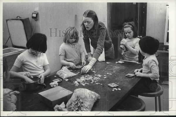 1979 Press Photo Schenectady, New York Girls Club members make mosaic coasters - Historic Images