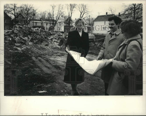 1984 Press Photo Schenectady, New York Girls Club officials examine blueprints - Historic Images