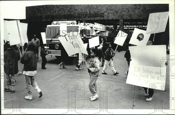1990 Press Photo Schenectady, NY Girls Club pickets in support of United Way - Historic Images