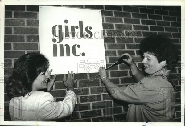 1990 Press Photo Schenectady, New York officials hang new Girls Inc. sign - Historic Images