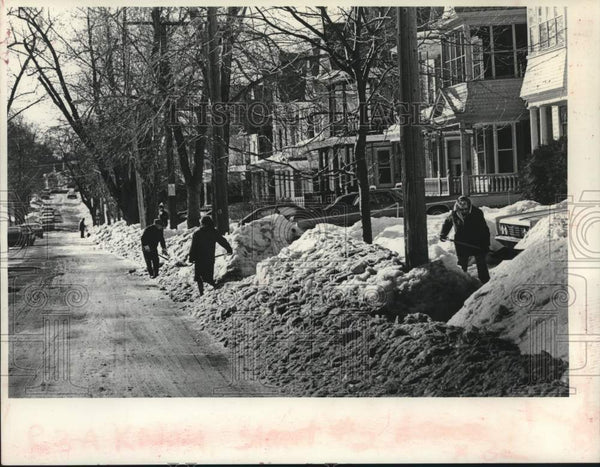 1979 Press Photo Park Avenue residents shovel snow in Schenectady, New York - Historic Images