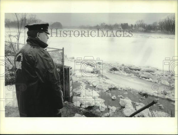 1993 Press Photo Schenectady, NY Police Officer looks over ice covered river - Historic Images
