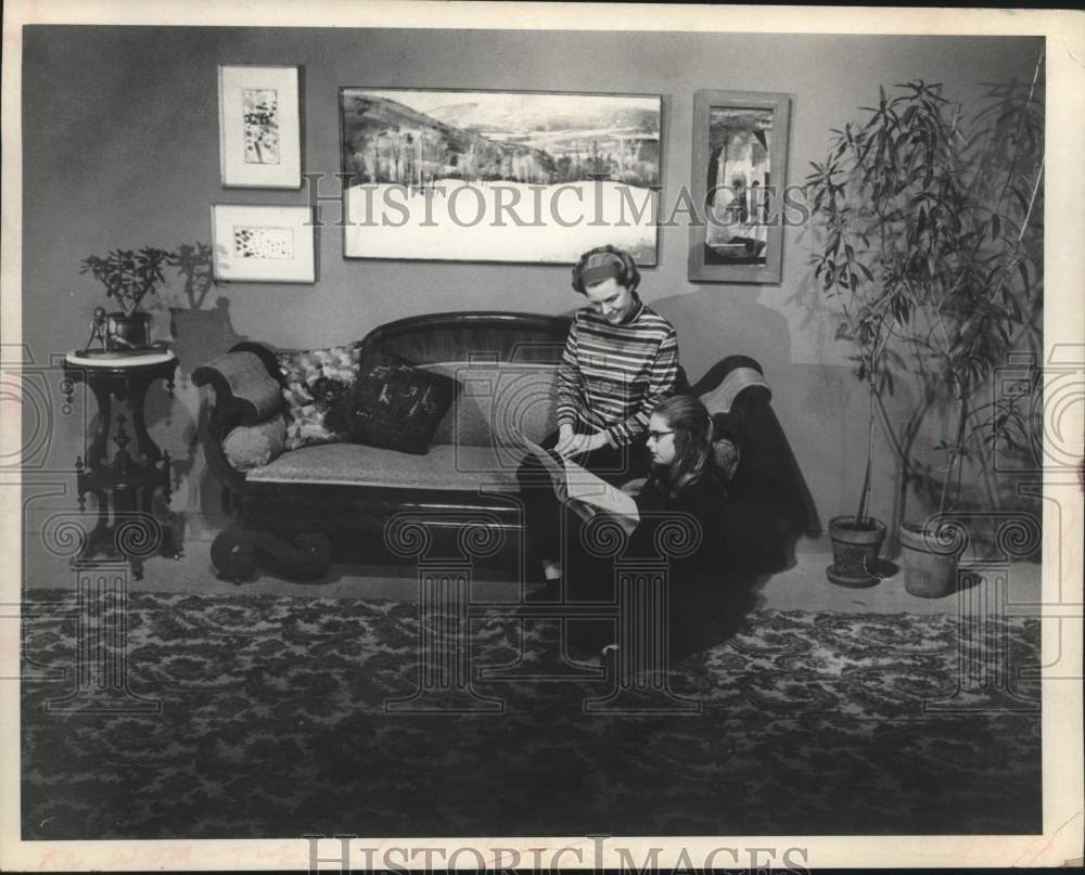 Press Photo Mother & daughter reading at Schenectady Museum in New York - Historic Images