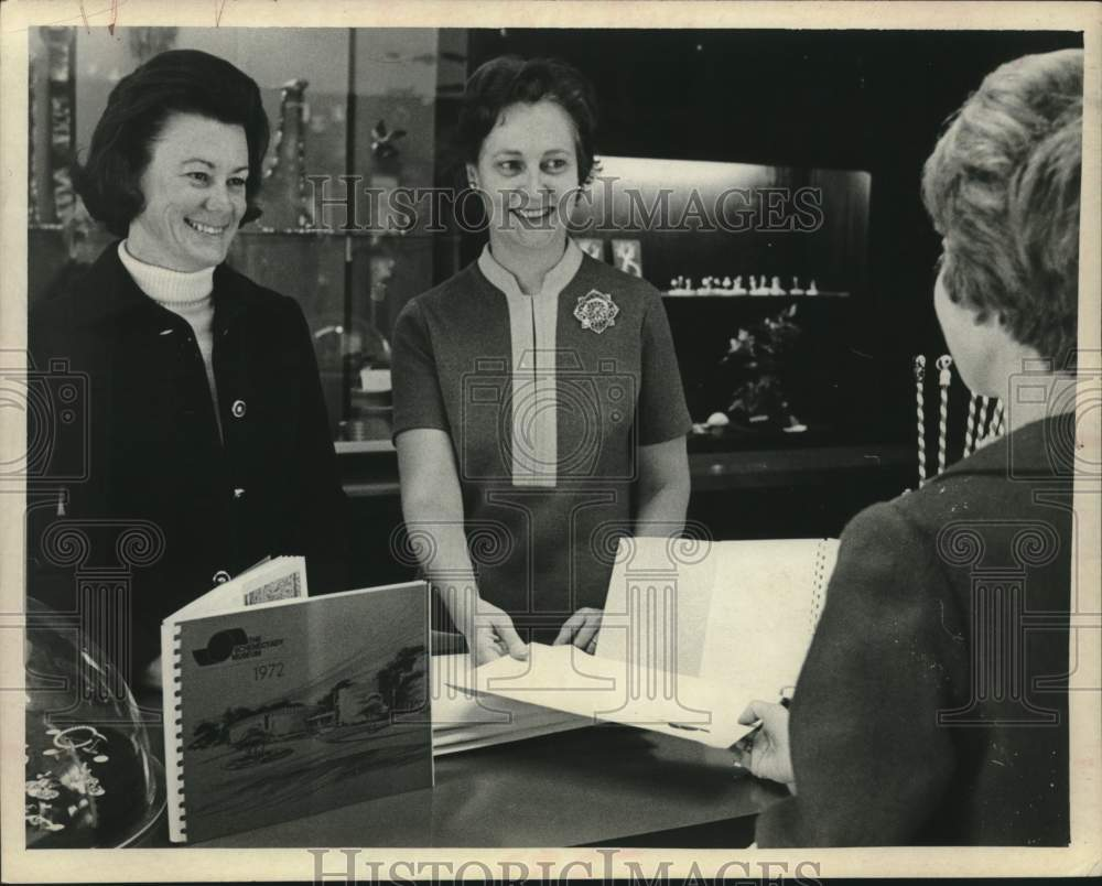 1981 Press Photo Staff assists guest at Schenectady Museum gift shop in New York - Historic Images