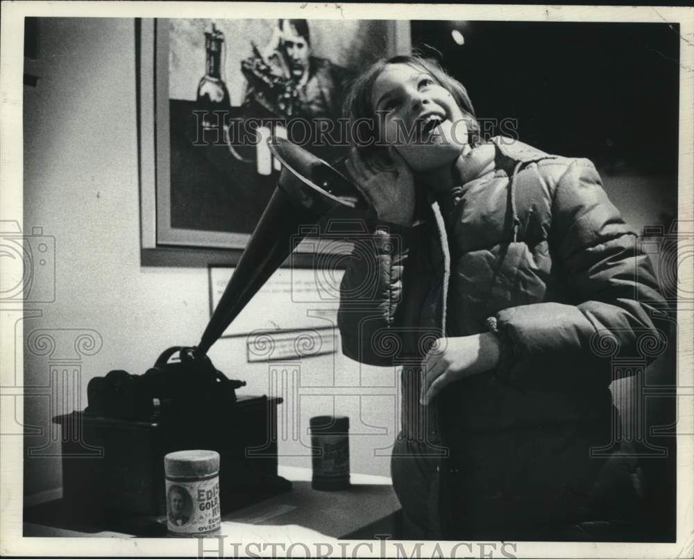 1977 Press Photo Margaret Stauffer & Edison Phonograph, Schenectady, NY Museum - Historic Images