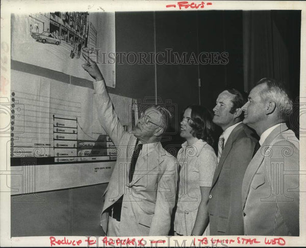 1975 Press Photo Business leaders study artist drawing in Schenectady, New York - Historic Images