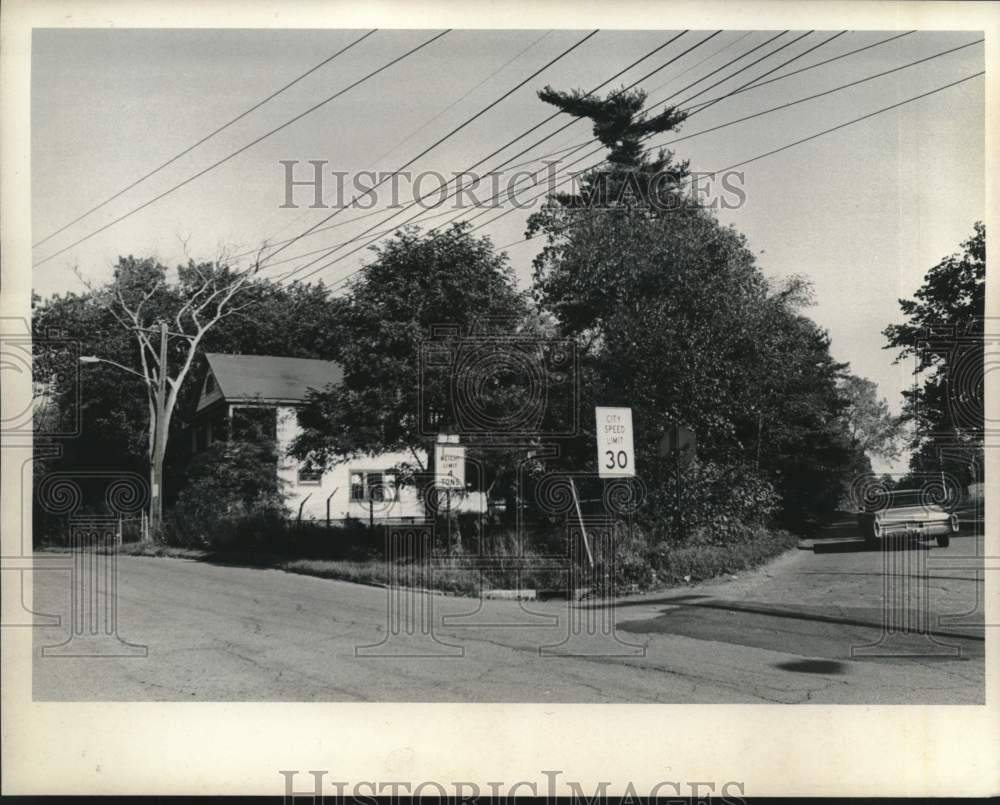 1975 Press Photo Home on Campbell Avenue in Schenectady, New York - tua16958 - Historic Images