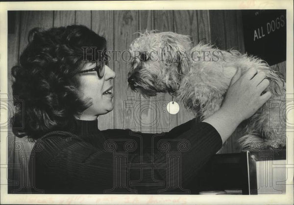 1979 Press Photo Nan Lyon examines puppy at Schenectady, New York Animal Shelter - Historic Images
