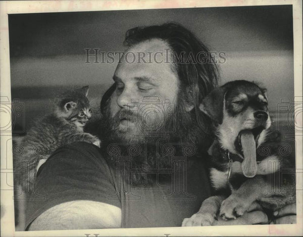 1980 Press Photo Schenectady, NY Animal Shelter technician with kitten & puppy - Historic Images