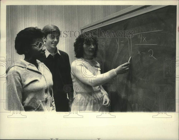 1983 Press Photo Schenectady, NY College professor & students work over problem - Historic Images