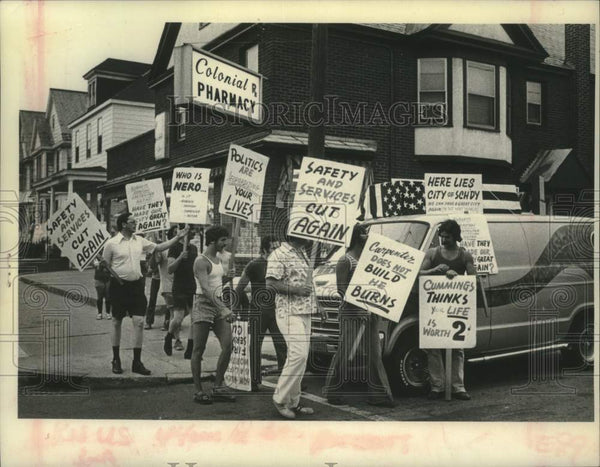 1976 Press Photo Schenectady, New York citizens picket in front of pharmacy - Historic Images
