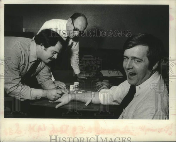 1979 Press Photo Schenectady, NY paramedics practice placing an IV in patient - Historic Images