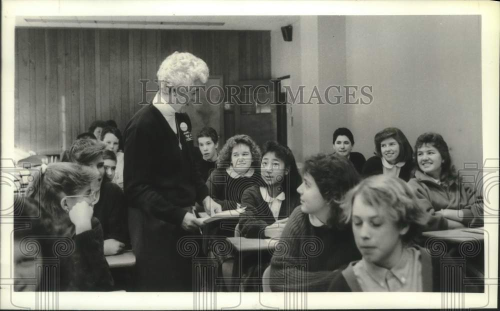 1988 Press Photo Sister Carolyn Schanz, principal of Troy, NY catholic school - Historic Images