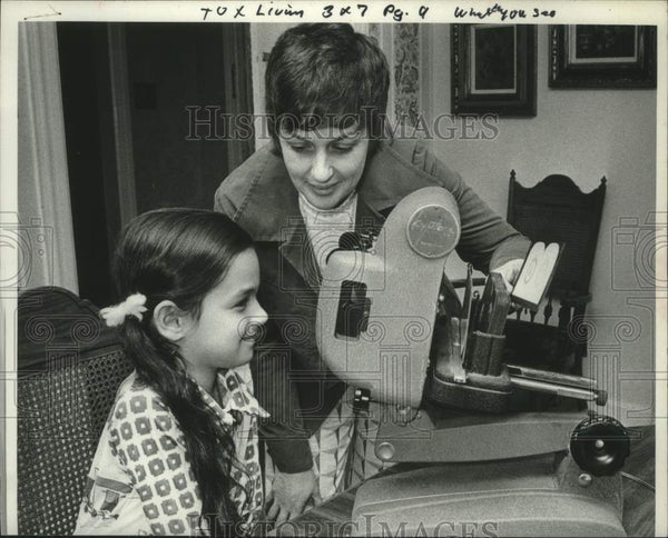 1978 Press Photo Mother & daughter look at projector in their New York home - Historic Images