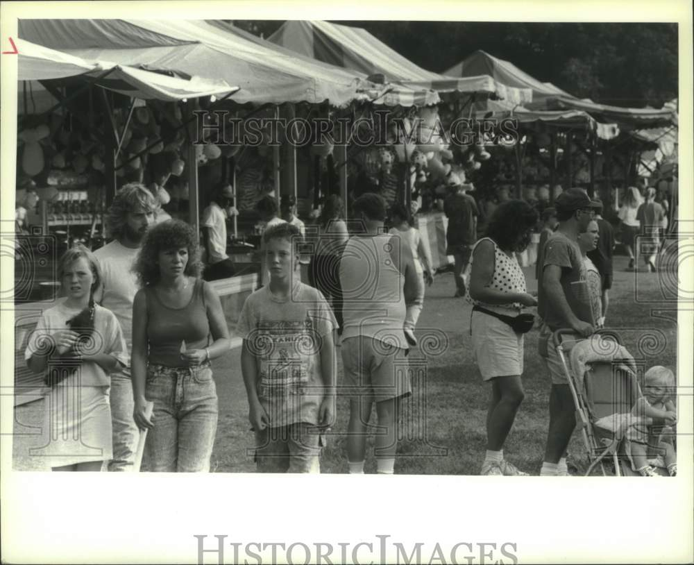 1991 Press Photo Fair goers on opening day of Schaghticoke Fair in New York - Historic Images