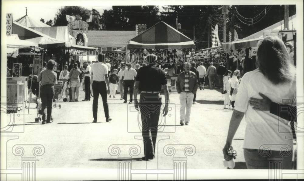 1990 Press Photo Fair goers at the Schaghticoke Fair in New York - tua17072 - Historic Images