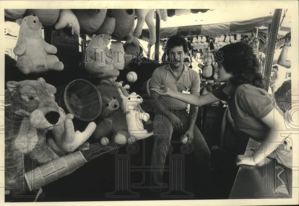 1983 Press Photo Andrea Pagano plays basket toss, Schaghticoke Fair in New York - Historic Images