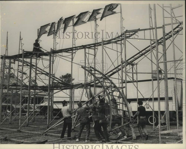 1984 Press Photo Crew erects midway ride at Schaghticoke Fair in New York - Historic Images