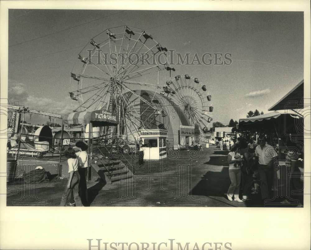 1983 Press Photo Ferris wheels tower over Shaghticoke Fair midway in New York - Historic Images