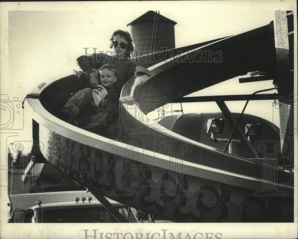 1982 Press Photo Mother & son on slide at Schaghticoke Fair in New York - Historic Images