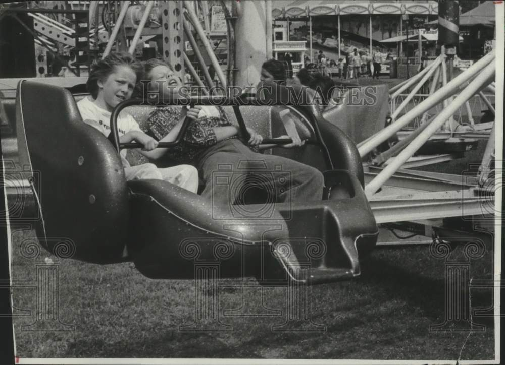 1977 Press Photo Children enjoy midway ride at Schaghticoke Fair in New York - Historic Images