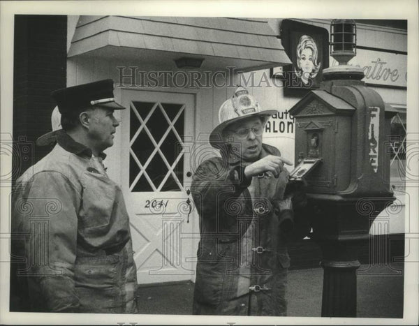 1980 Press Photo Schenectady, New York firefighters inspect fire alarm box - Historic Images