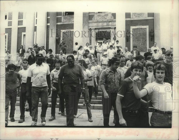 1975 Press Photo Schenectady, New York city employee union members demonstrate - Historic Images
