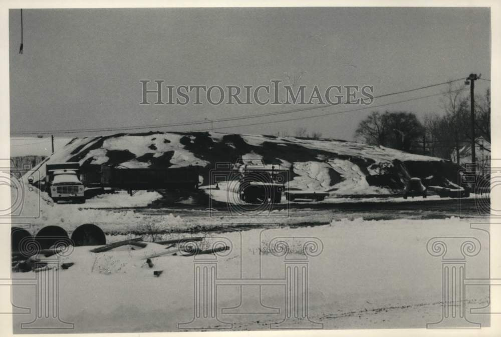1984 Press Photo De-icing material piled at Rotterdam, NY Highway facility - Historic Images