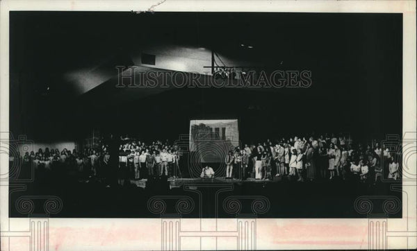 1975 Press Photo Schalmont, New York High School students perform on stage - Historic Images