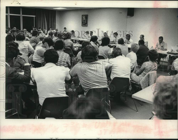 1976 Press Photo Attendees at Schalmont, New York School meeting - tua17146 - Historic Images