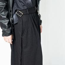 I read an image to a gallery viewer, Wide pants