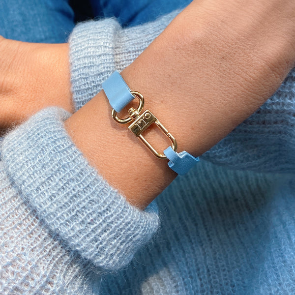 Lightblue leather bracelet with gold lock. A beautiful fashion accessory for her.