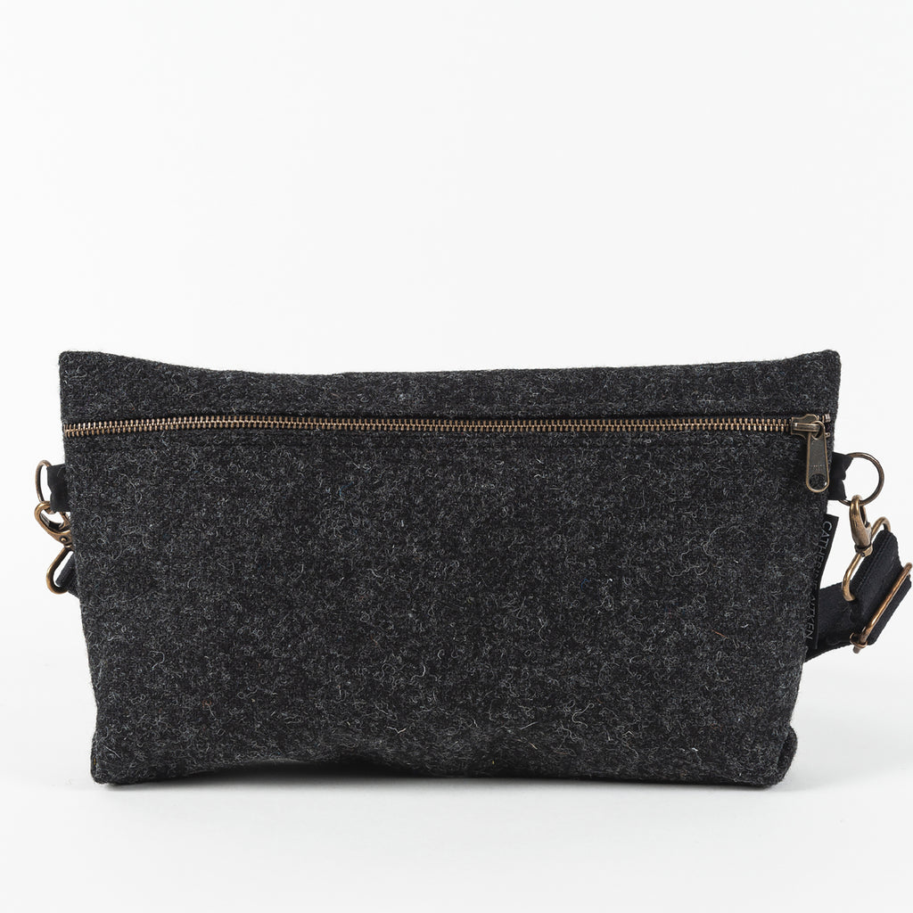 TRAVELLER CROSS BODY IN CHARCOAL