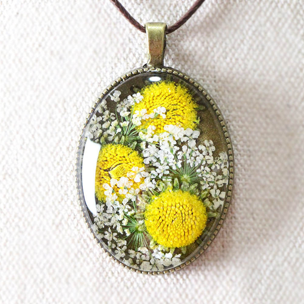 Dried Daisy With Ammi Glass Gem Behind Women Vintage Necklace