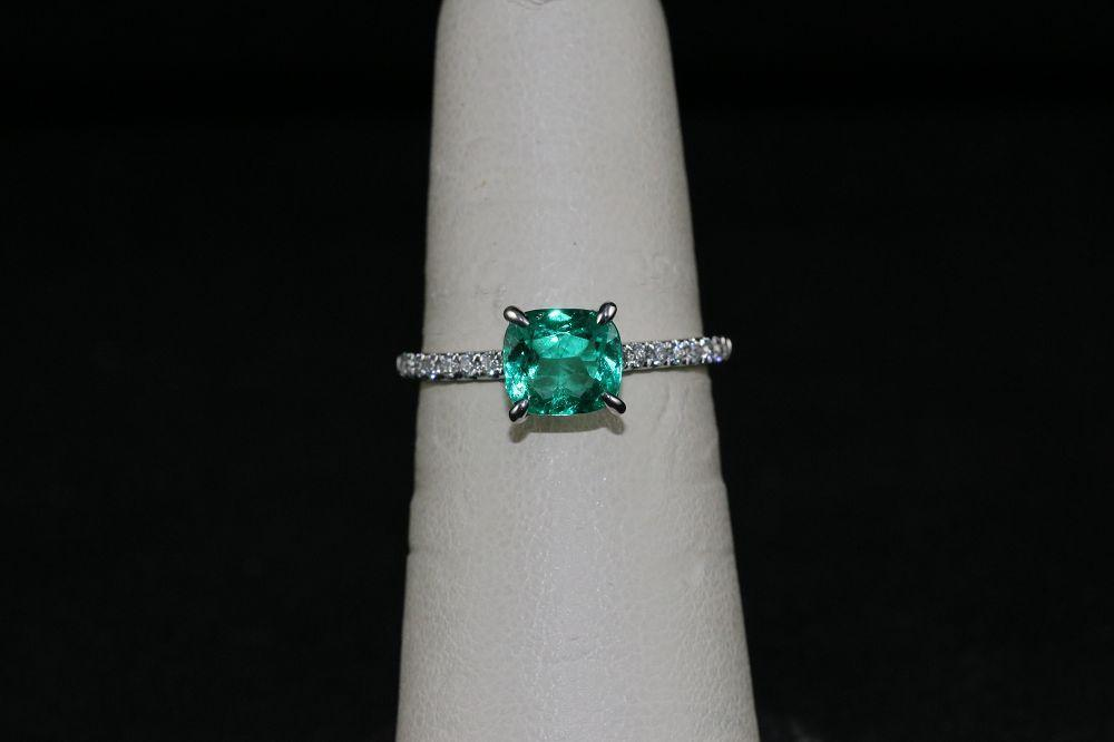 18K White Gold Emerald Center Stone Ring